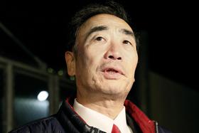 保釈され、大阪拘置所前で報道陣の質問に答える籠池泰典被告=21日午後8時6分