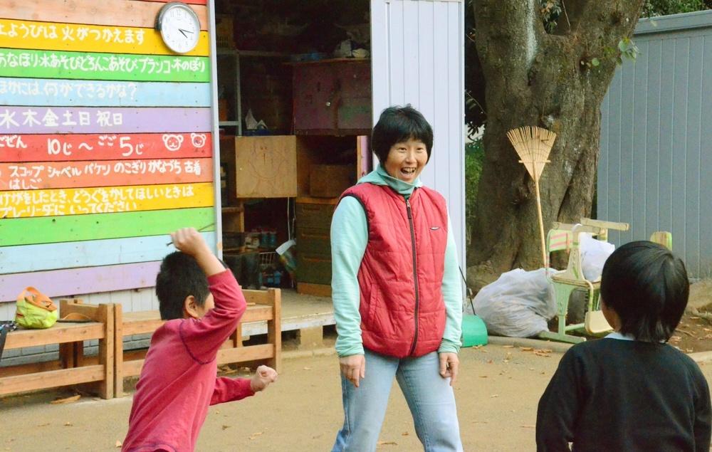 池袋本町プレーパークで子どもと遊ぶ栗林知絵子さん
