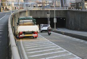 トレーラーにバイクが追突する事故があった現場近くの導流帯に駐車している車両(画像の一部を加工しています)