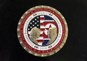向かい合うトランプ大統領と金正恩朝鮮労働党委員長や両国の国旗が描かれた記念コイン。「PEACE TALKS」(平和会談)や「2018」などと刻まれている=ワシントン(UPI=共同)