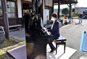 駅に設置され、披露されるストリートピアノ=霧島市のJR大隅横川駅