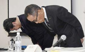 新たな検査不正を発表し、記者会見冒頭で謝罪する日産自動車の山内康裕CCO(右)ら=9日午後、横浜市