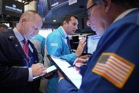 ニューヨーク証券取引所のトレーダーたち(UPI=共同)