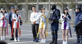 機動隊員に装備や訓練内容などを質問する「ももいろクローバーZ」のメンバー=22日午後、東京都目黒区
