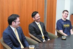 北村社長に昨季の結果を報告した(左から)宇留賀社長、藤原、ライアン=上毛新聞社