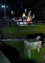 世界遺産の反射炉をバックに奏でられるジャズの演奏=鹿児島市吉野町の仙巌園