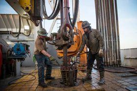 米ノースダコタ州にあるシェール層で、石油を掘削する作業員=2013年7月(ゲッティ=共同)
