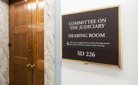 米上院司法委員会のヒアリングルーム=21日、ワシントン(AP=共同)