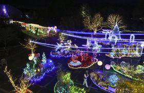 「とっとり花回廊」で始まった、宇宙をテーマにしたイルミネーション=9日夜、鳥取県南部町