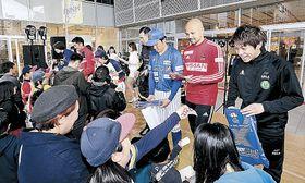 選手と交流するファン=金沢市の片町きらら広場