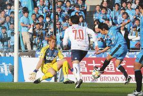 川崎-FC東京 後半、川崎の中村(右)のシュートを好セーブするFC東京のGK林=等々力で