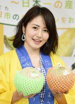 イベントに登場し、メロンを手にする磯山さやか=24日、東京都内