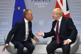25日、フランス南西部ビアリッツで会談するジョンソン英首相(右)とトゥスクEU大統領(ゲッティ=共同)