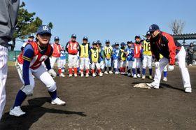 ヤクルトOBから走塁のこつを教わる子どもたち=丸亀市中津町、中津運動公園
