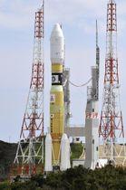 発射地点に移動する、無人補給機「こうのとり」7号機を載せたH2Bロケット=22日午前、鹿児島県の種子島宇宙センター