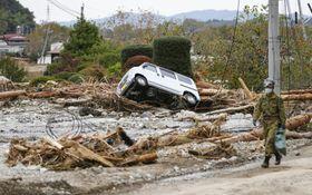 台風19号の影響による大雨で押し流された車が残る宮城県丸森町=21日午後