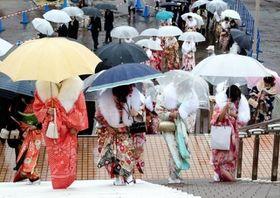 振り袖姿で式典に参加する新成人。東京や神奈川、茨城では代金を支払ったのに振り袖を受け取れないトラブルで晴れ着姿を披露できなかった人が相次いだ=8日午後、神戸市内