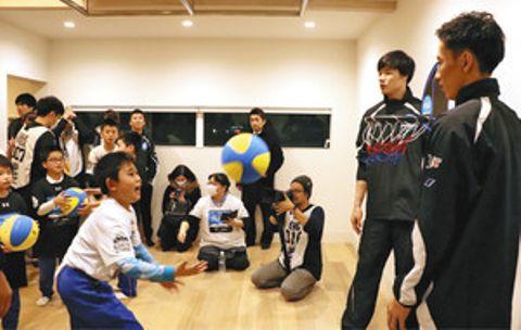 水戸健史選手(右)や馬場雄大選手(右から2人目)とバスケットボールゲームをして触れ合う子どもたち=高岡市佐野で