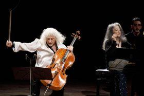 ローマで開かれたコンサートで演奏するマルタ・アルゲリッチさん(右)=16日(Musacchio―Ianniello―Pasqualini提供・共同)