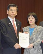 石井国交相(左)に要請書を手渡す北海道の高橋はるみ知事=18日午前、国交省