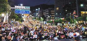 12日、ソウルの検察庁近くで、チョ国法相を支持し検察改革を訴える集会=中村彰宏撮影