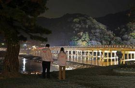 試験点灯でライトアップされた渡月橋(11日午後6時19分、京都市右京区)