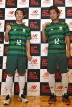 新ユニホームを着てガッツポーズする風間選手(右)と阿部選手=岐阜市橋本町のアクティブGで