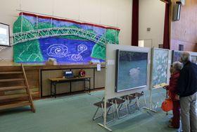 県展の入賞作のほか児童生徒の作品が並ぶ西海市文化祭の展示部門=西海市立大島東小