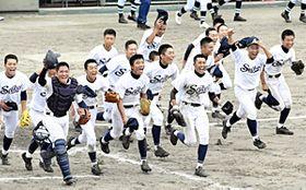 【福島成蹊―学法石川】初の4強に喜びを爆発させる福島成蹊ナイン=白河グリーンスタジアム