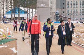 平昌パラリンピックの選手村を視察する東京都の小池百合子知事(右から2人目)=17日、韓国・平昌(都提供・共同)