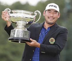 初優勝を果たし、カップを手にするチャン・キム=古賀GC