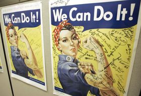 ナオミ・フラリーさんがモデルとなったポスター=2007年10月、米カリフォルニア州(AP=共同)