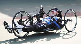 障害者自転車競技の県大会に参加し、ハンドバイクで走行する県立伊豆総合高2年の山木平良さん=2019年12月、静岡市で
