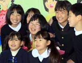 在校生らと記念撮影に応じる卒業生の松川洵子さん(中央)=17日、柳井市