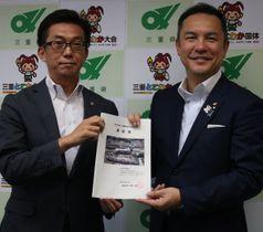 【鈴木知事(右)にIRの影響について調査するよう求める伊藤市長=三重県庁で】