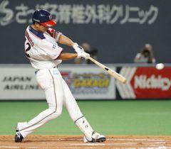 8回日本ハム2死満塁、松本が中前に適時打を放つ=札幌ドーム