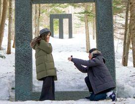 山中淳一さんに依頼した演出でプロポーズする名古屋市の男性=北海道美唄市