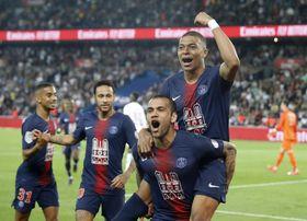 モナコ戦でゴールに沸くパリ・サンジェルマンの選手ら=21日、パリ(AP=共同)