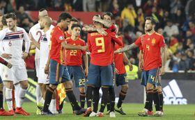 ノルウェーを退け喜ぶスペインの選手たち=23日、バレンシア(AP=共同)
