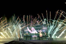 安室奈美恵さんの映像が流れる中、次々と打ち上げられる花火=16日午後7時51分、宜野湾市・トロピカルビーチ(金城健太撮影)