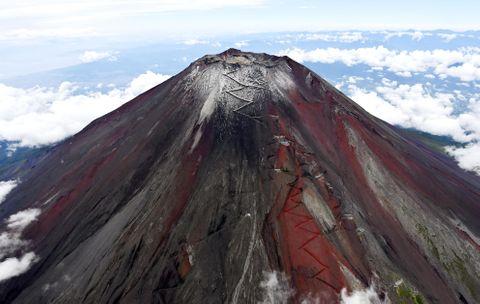 富士山の「初雪化粧」を宣言