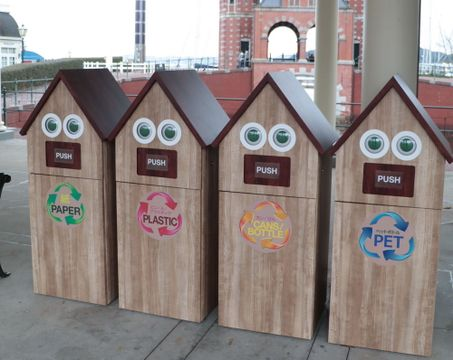 離れた場所からごみの量を把握できる「スマートごみ箱」=佐世保市、ハウステンボス