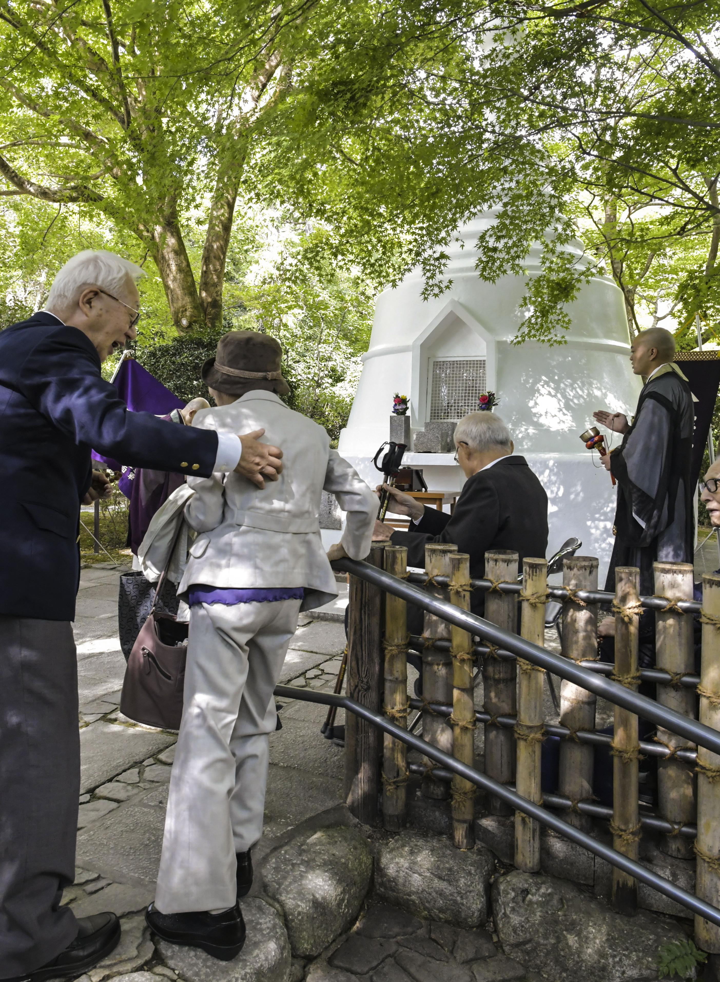 京都・竜安寺のパゴダの前で「屋宇茶会」恒例の法要が営まれた