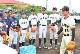 桑田真澄さん(右端)のアドバイスを熱心に聞く中学生=江津市嘉久志町、市民球場