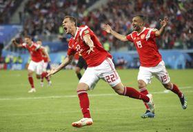 ロシア―エジプト 後半、ゴールを決め喜ぶロシアのジュバ(22)=サンクトペテルブルク(ゲッティ=共同)