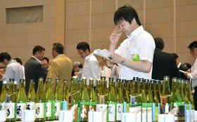 2014年の全国新酒鑑評会の様子=広島県東広島市