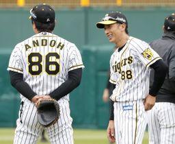 秋季練習で笑顔を見せるプロ野球阪神の矢野燿大監督(右)=23日午前、兵庫県西宮市の甲子園球場
