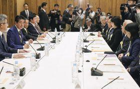 行政改革推進会議であいさつする安倍首相(左から2人目)=11日午後、首相官邸