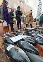 ハマチやヒラスなど正月用の鮮魚を買い求める市民=長崎市築町