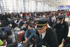 帰省ラッシュが始まり、混雑する北京駅=21日(共同)